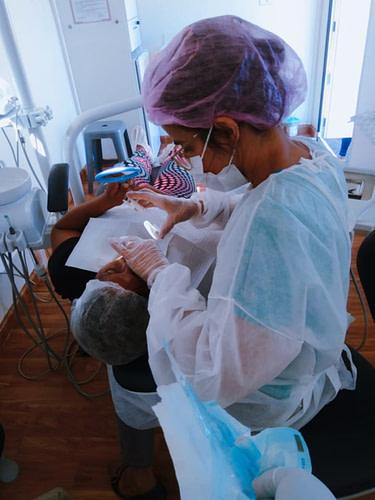Dentista atende paciente em trailer do Projeto Sorrir